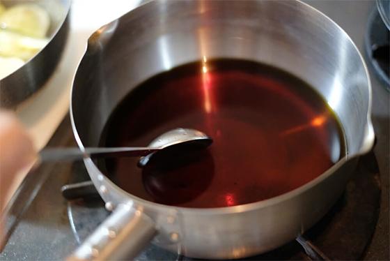 煮汁の調味料を混ぜ合わせる